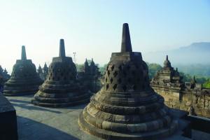回廊的上端凿有许多佛龛,里边都坐着一尊佛陀像。